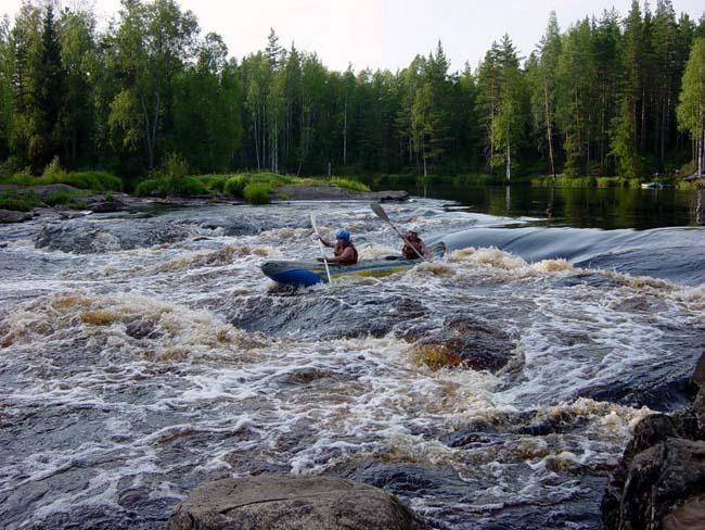 Преодоление порогов на байдарке, на реке Шуя в Карелии.
